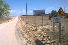 Parrilla visita las obras en el camino que une Carrascosa de la Sierra con El Pozuelo