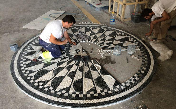 El mosaico en memoria de Marina, Laura y todas las víctimas de violencia de género se compone de más de 27.000 piezas de mármol y granito