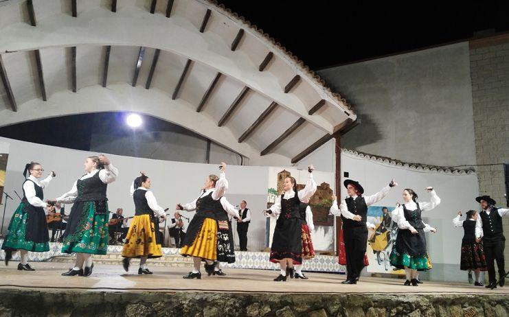 Maridaje de pintura y baile en el Festival de Folklore de Verano de Miguel Esteban
