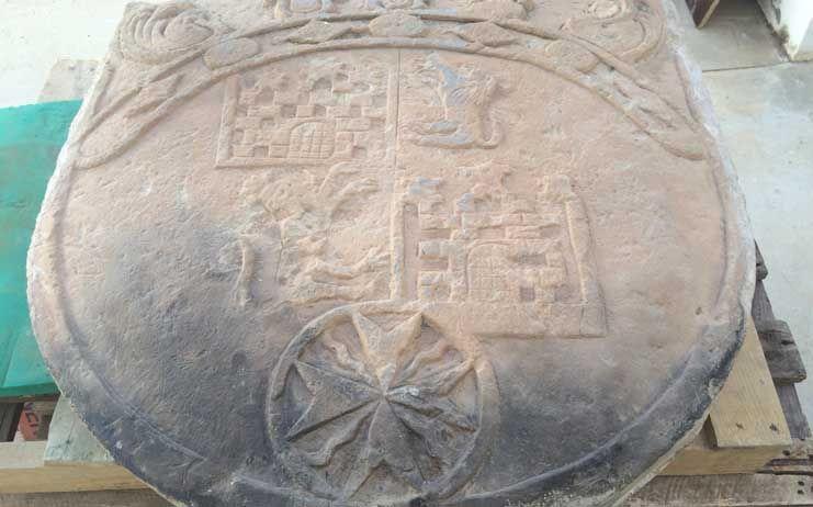 La Diputación restaura un escudo de piedra del Ayuntamiento de Villafranca de los Caballeros