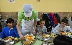 El Gobierno regional garantizará también la alimentación del alumnado becado con ayudas de comedor escolar durante el periodo estival