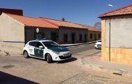 La Guardia Civil custodia un mesón de Manzanares en cuyo interior se ha encerrado el propietario armado