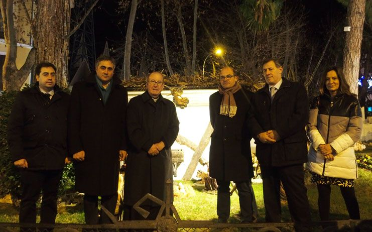 Numeroso público asiste a la inauguración del tradicional Belén de la Plaza de la Hispanidad en Cuenca