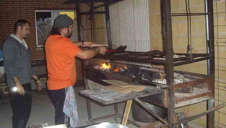 Tamajón se reúne al calor del fuego en la Fiesta de la Matanza