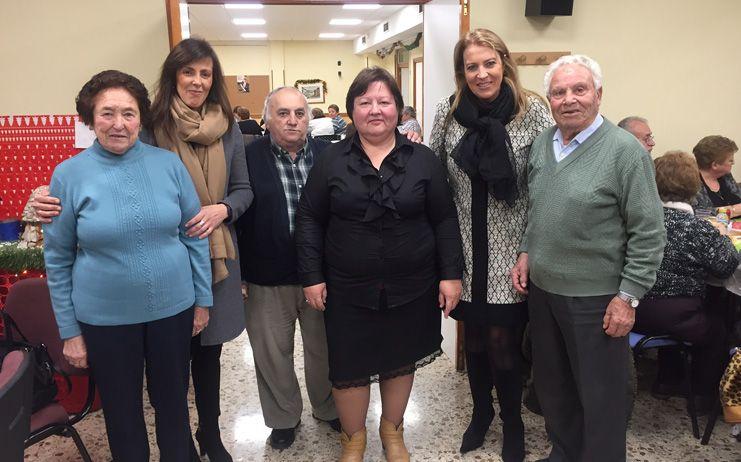 Llanos Navarro y María Gil felicitan la Navidad a los mayores del barrio San Pablo