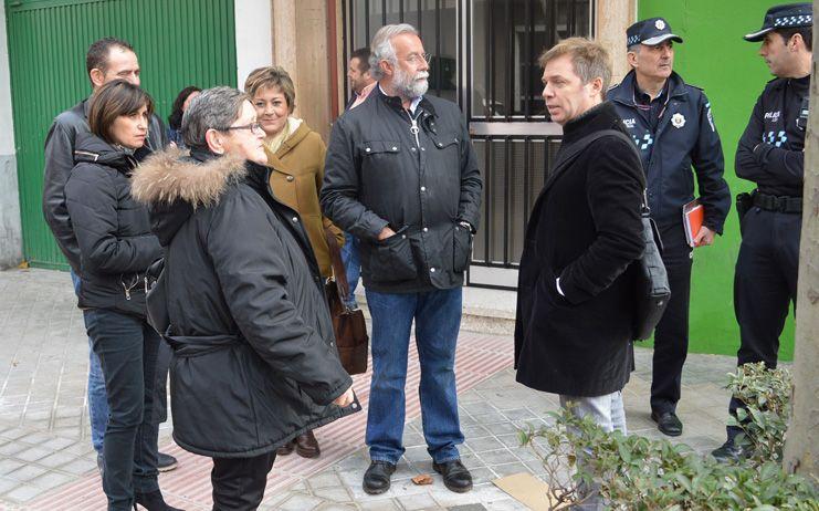 Ramos se reúne con la AAVV de la Puerta de Cuartos para estudiar la nueva ubicación del paso de cebra que han solicitado