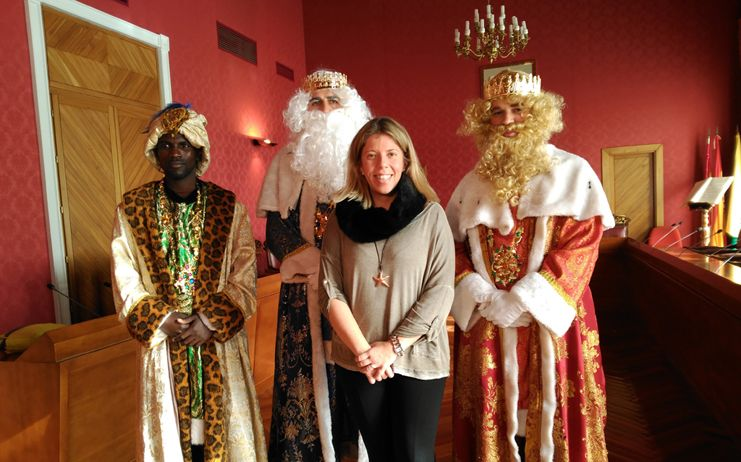 La alcaldesa da la bienvenida a los Reyes Magos en el Ayuntamiento