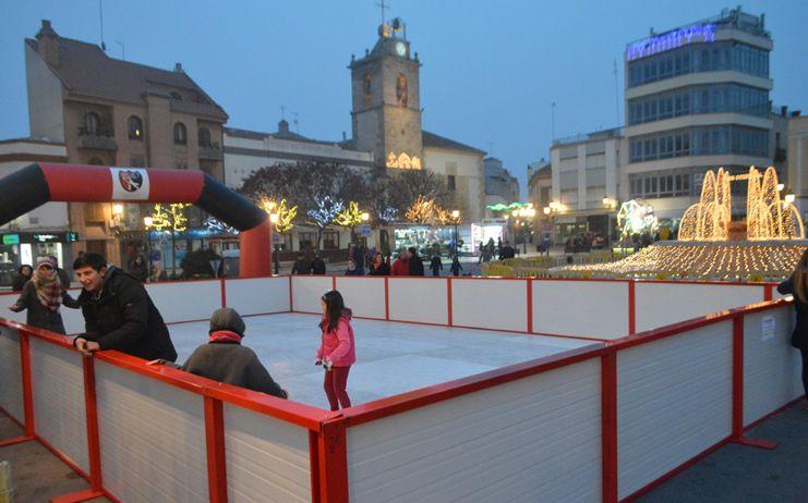 La pista de patinaje de Tomelloso convierte la Plaza de España en punto de encuentro y diversión en la recta final de Tomelandia