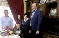 Benjamín Prieto felicita en Monreal del Llano a Laura Villegas por su 105 cumpleaños