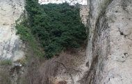 El desprendimiento de la parte inferior de un muro obliga a cortar la calle bajada a Las Angustias en Cuenca