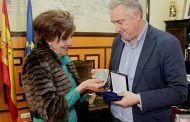Maribel Garrido recibe del alcalde la medalla que el Ayuntamiento solo otorga a altas personalidades