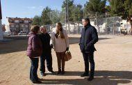 Llanos Navarro afirma que el vallado de las pistas deportivas del polideportivo 'Vereda' solventarán los problemas derivados de los juegos del balón