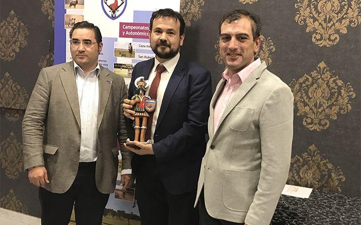 La Federación regional de caza reconoce la labor en defensa del deporte en la región del director general de Juventud y Deportes