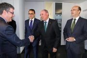 El director general de Globalcaja, Pedro Palacios, con el ministro, Álvaro Nadal, en el 40 aniversario de FEDA