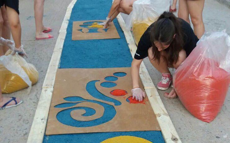 Fuentenovilla celebra el Corpus con alfombras de colores