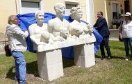 Prieto inaugura una escultura dedicada a la familia en el jardín del Centro Asociado de la UNED en Cuenca