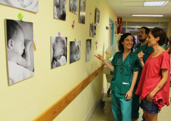 El Hospital de Toledo acoge una exposición de fotografías sobre neonatos realizadas por una pediatra del centro