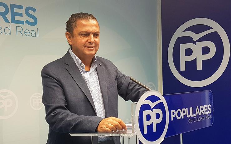 Martín-Toledano pregunta a Page si miente cuando defiende la Constitución o cuando gobierna con un partido que quiere acabar con ella