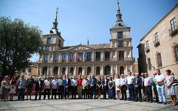 Toledo expresa su solidaridad con Barcelona y Cambrils en una emotiva concentración en la plaza del Ayuntamiento