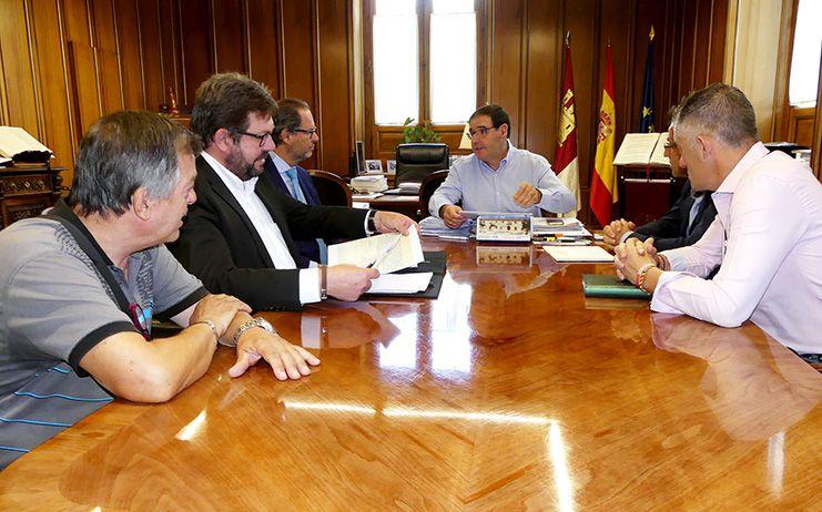Prieto muestra la voluntad de la Diputación a colaborar con los actos del 75º Aniversario de la talla del Jesús Yacente