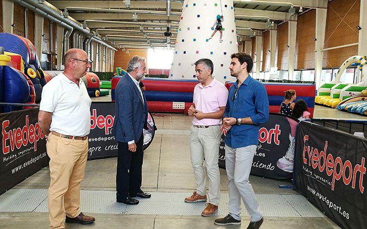 Ramos visita la caseta infantil instalada en el Ferial de Talavera