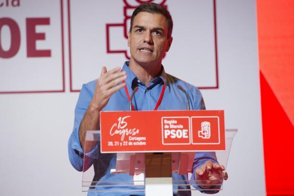 El PP dice que Sánchez prosigue con su mujer su