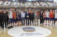 Román visita a la Selección Española de Baloncesto, que entrena en el Multiusos de Guadalajara