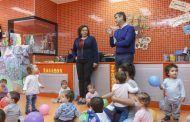 El alcalde, Antonio Román, visita la escuela infantil Alfanhuí donde los niños trabajaban hoy en el derecho a jugar, a la vivienda y a la identidad