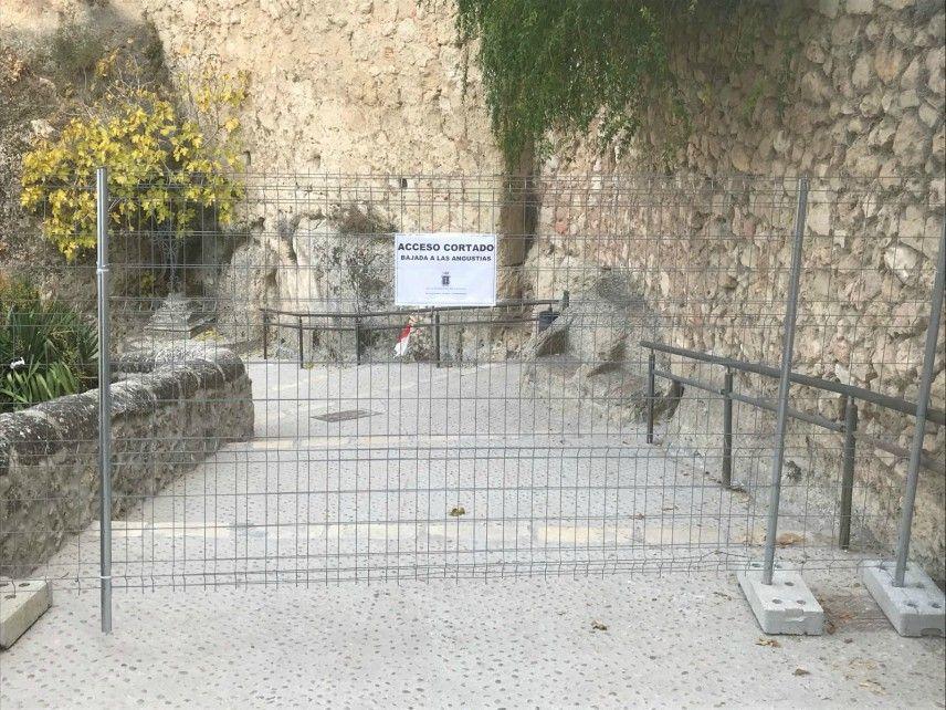 El Ayto de Cuenca corta el acceso en la calle Bajada Virgen de las Angustias por motivos de seguridad