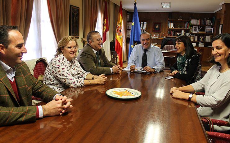 Gregorio recibe al ganadero Higinio Gutiérrez y le felicita por su explotación en Menasalbas