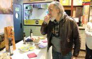El reconocido cocinero Sergi Arola disfruta del sabor potente y frutado del AOVE de la nueva cosecha de la DOP Montes de Toledo