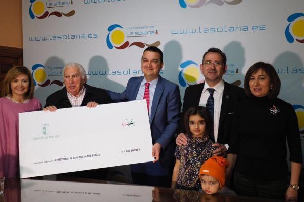 El Gobierno de Castilla-La Mancha reconoce a Cruz Roja en La Solana y le dona los fondos recaudados en el II Trail Solidario de GEACAM