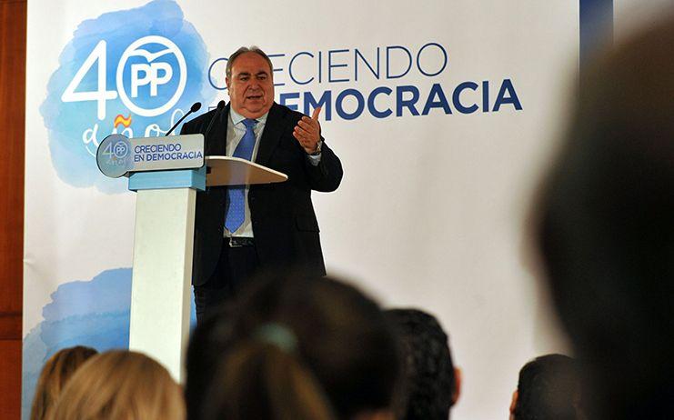 Tirado: Frente a Page y Podemos que piden más diputados, el PP quiere más médicos, mejorar la educación y ayudar a los agricultores