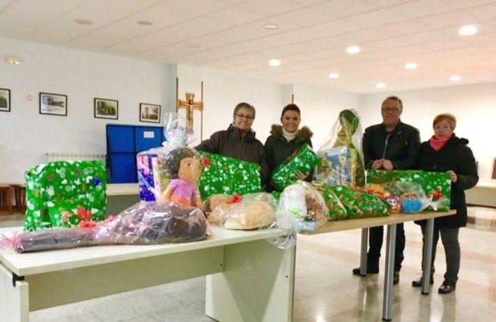 El PP de Villanueva entrega a Cáritas de la  localidad los juguetes y alimentos recogidos en la campaña 'Populares Solidarios'