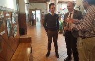 Latre visita la exposición fotográfica con motivo de la XX Semana Solidaria del Colegio Maristas