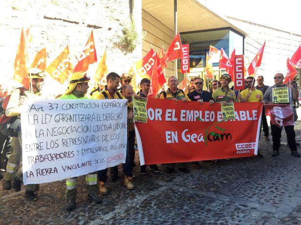Los trabajadores de Geacam se concentran ante la consejería de Agricultura para exigir estabilidad en el empleo