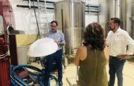 Prieto destaca la importancia de la difusión de la cultura del vino en su visita a 'Ícala Bodegas y Viñedos' de Casas de Benítez