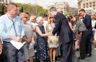 Los Reyes muestran su apoyo a las víctimas de los atentados en un homenaje sin incidentes
