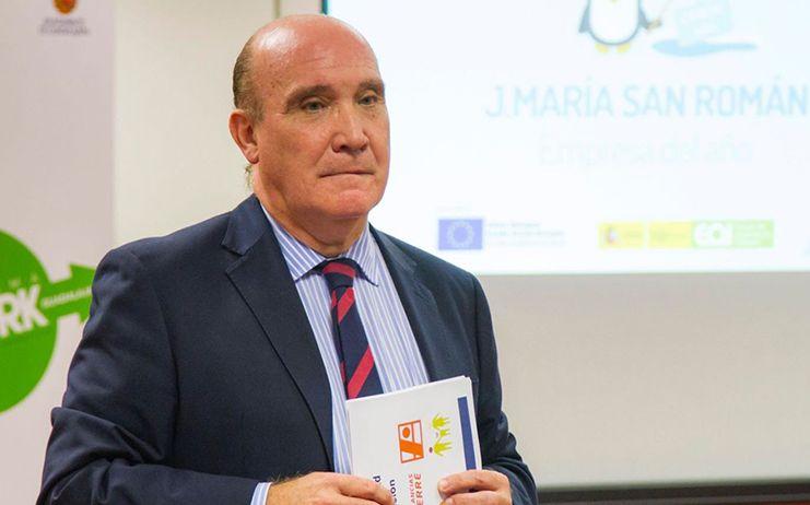 José María San Román, presidente de la Academia de Gastronomía de CLM, felicita a los chefs Adolfo Muñoz y Quique Cerro por su designación dentro de la Selección Española de Cocina Profesional