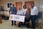 Latre hace entrega del 'cheque' con la recaudación de la Paella Solidaria a la Asociación de Esclerosis Múltiple