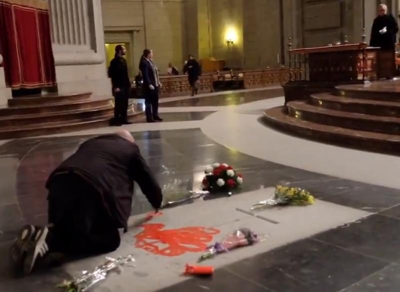 Un detenido por pintar la lápida de Franco en el Valle de los Caídos