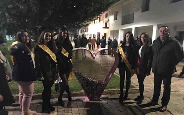 El pasado sabado con el encendido de luces de navidad el alcalde acompañado del parroco y la reina y damas inauguran un corazon solidario en la localidad de Cinco Casas