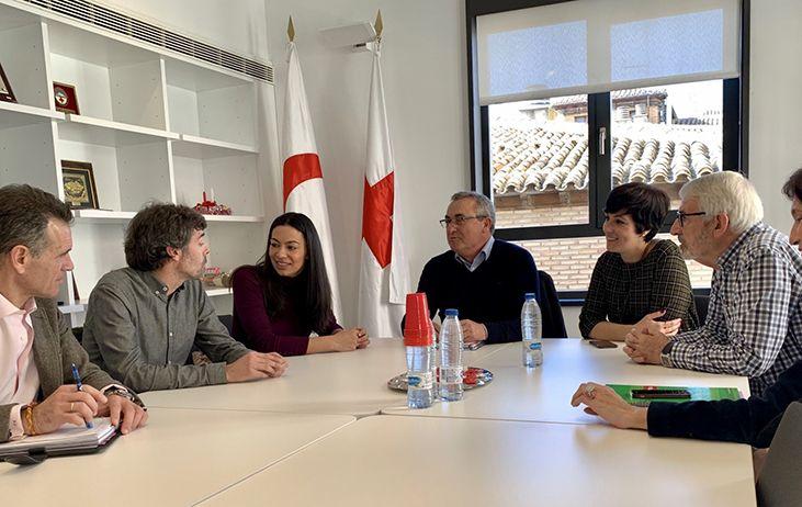 Alonso se compromete a dotar de más recursos económicos a Cruz Roja