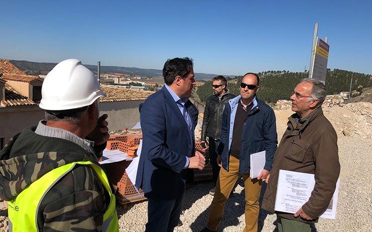 Mariscal comprueba el avance de las obras de rehabilitación de los restos de la Muralla del Alcázar