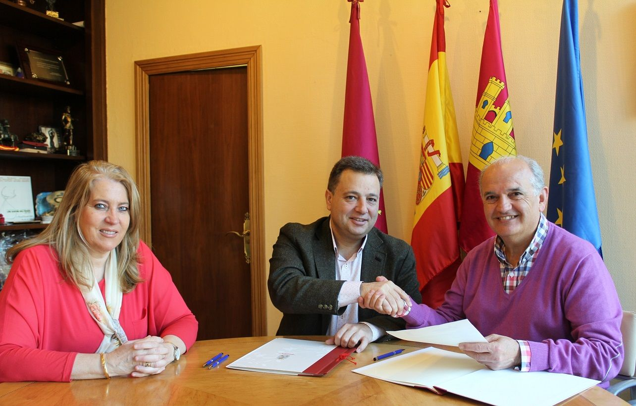 Serrano firma un convenio con la FAVA por valor de 75.000 euros para subvencionar su programa de actividades y servicios de 2019