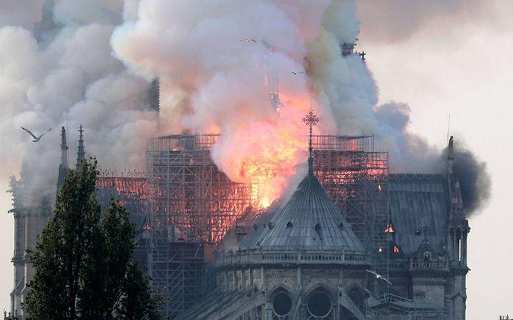 Un incendio destroza la catedral de París