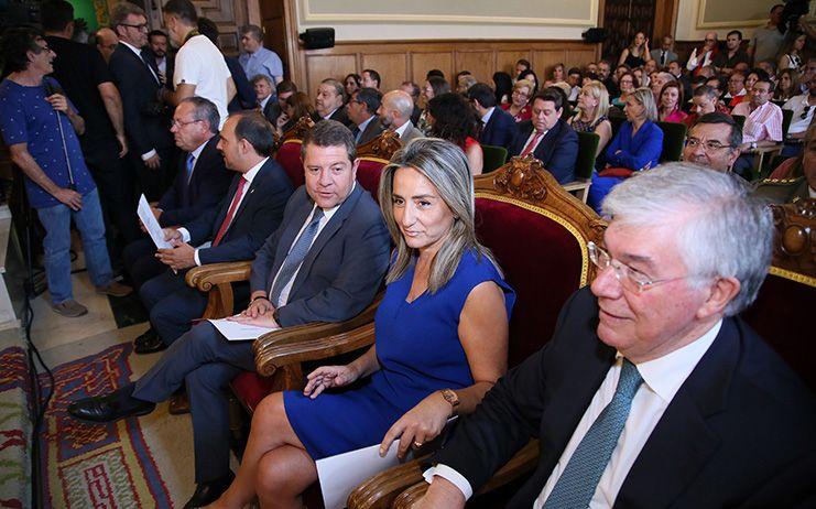 Milagros Tolón felicita a Álvaro Gutiérrez en el pleno de constitución de la nueva Corporación Provincial