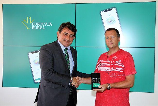 Eurocaja Rural premia a un cliente de Ocaña con un móvil de última generación