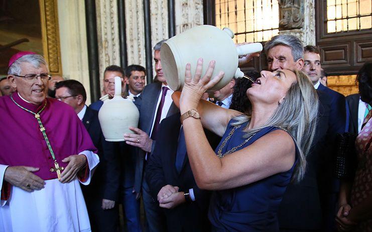 Tolón cumple la tradición de beber agua del pozo de la Virgen en los botijos y destaca el valor de las tradiciones toledanas