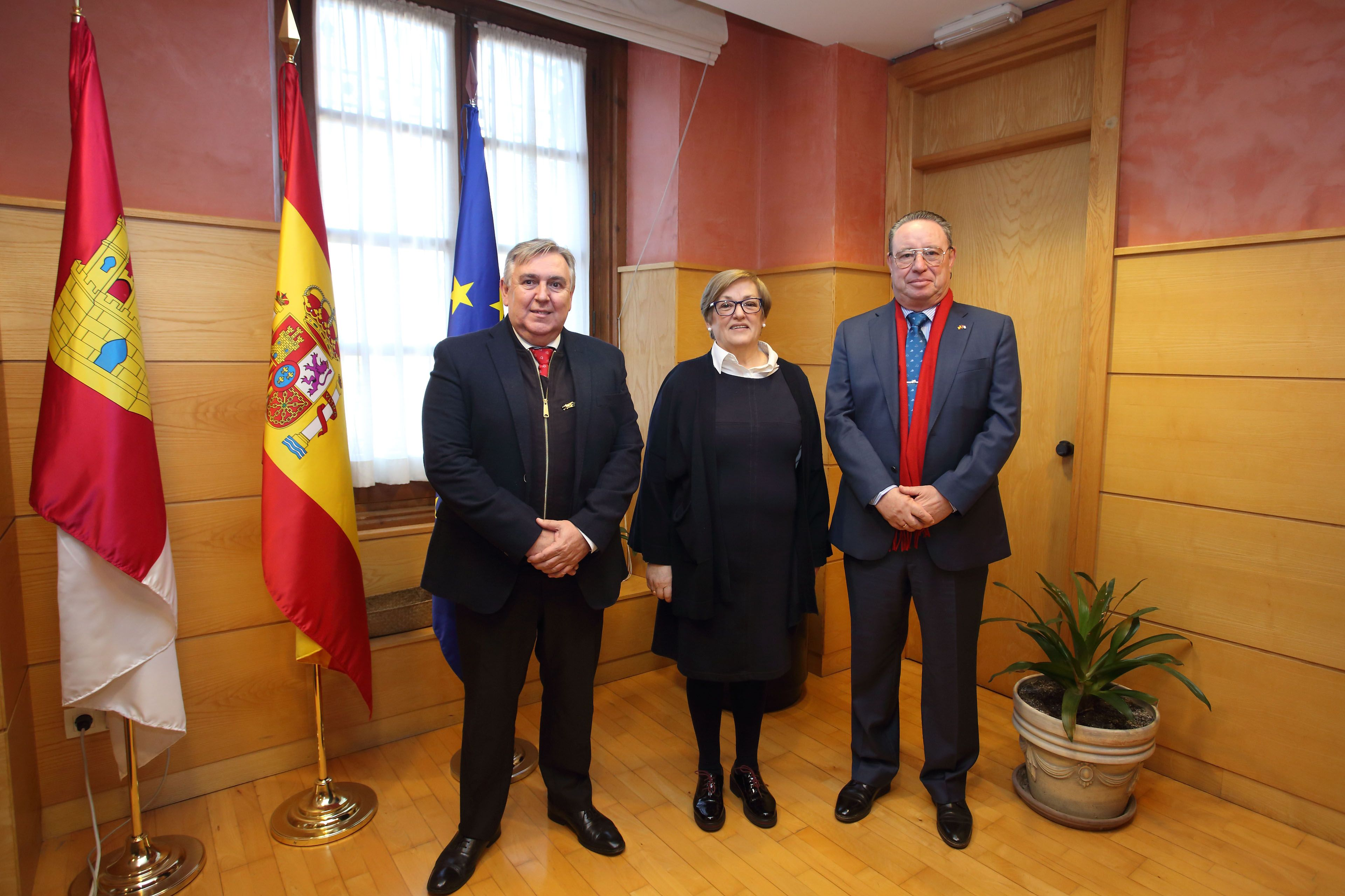 La viceconsejera de Relaciones Institucionales se reúne con los representantes de la Casa de Castilla-La Mancha de Sevilla